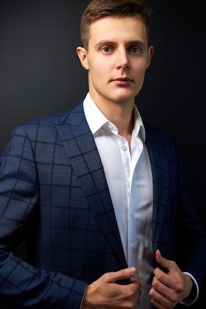 Attraktiver kaukasischer mann im formellen stilvollen anzug Premium Fotos