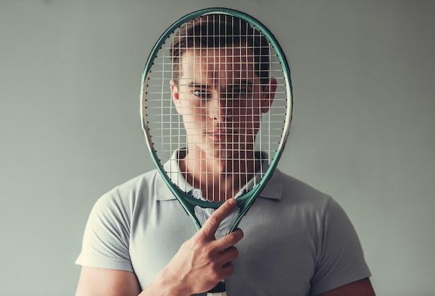 Attraktiver manntennisspieler Premium Fotos