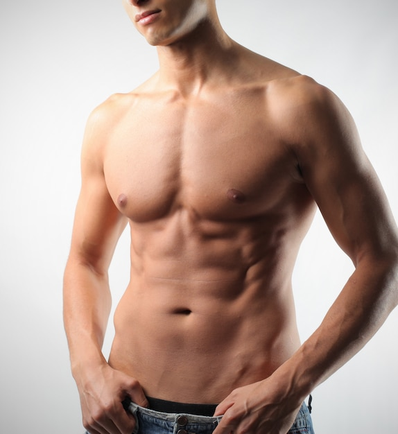 Attraktiver sexy muskulöser körper Premium Fotos