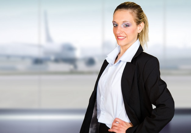 Attraktives junges geschäftsfrauporträt im flughafen Premium Fotos