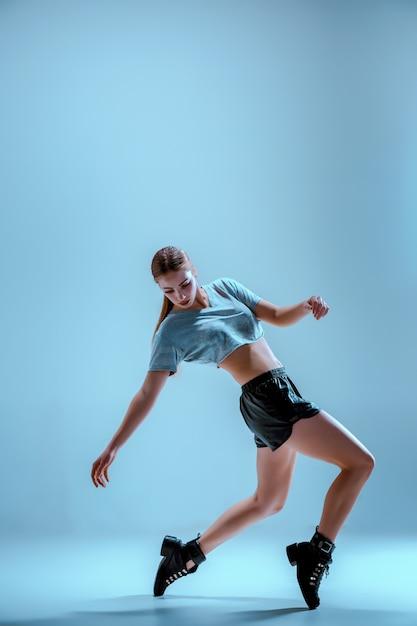 Attraktives mädchen, das twerk im studio tanzt Kostenlose Fotos