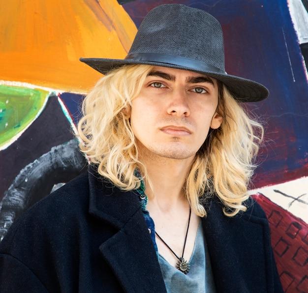 Attraktives männliches blondes modell, das einen hut trägt Kostenlose Fotos