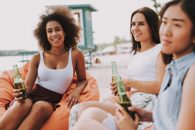 Attraktives mischrasse-mädchen-getränk-bier im freien Premium Fotos