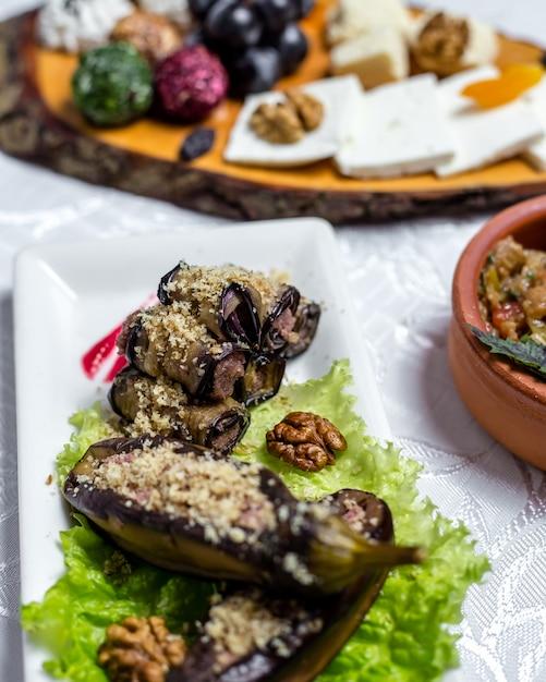 Auberginenrolle walnüsse zwiebel knoblauch frischkäse auf salat seitenansicht Kostenlose Fotos
