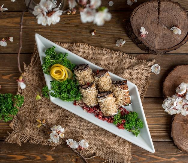 Auberginenrouladen auf dem tisch Kostenlose Fotos