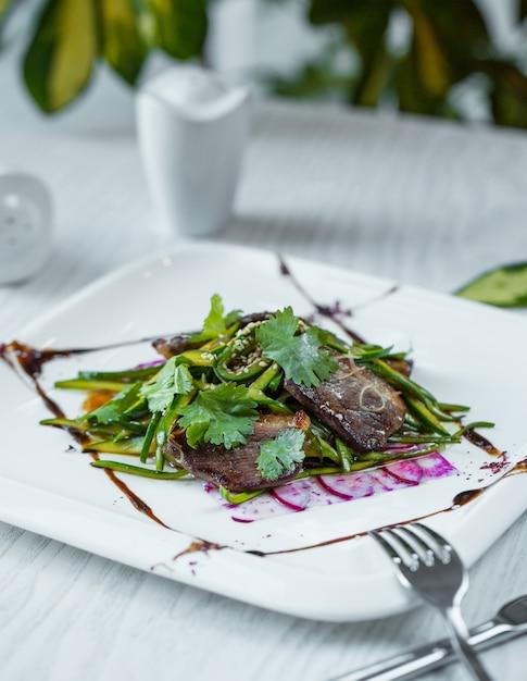 Auberginensalat mit ruccola in der platte Kostenlose Fotos