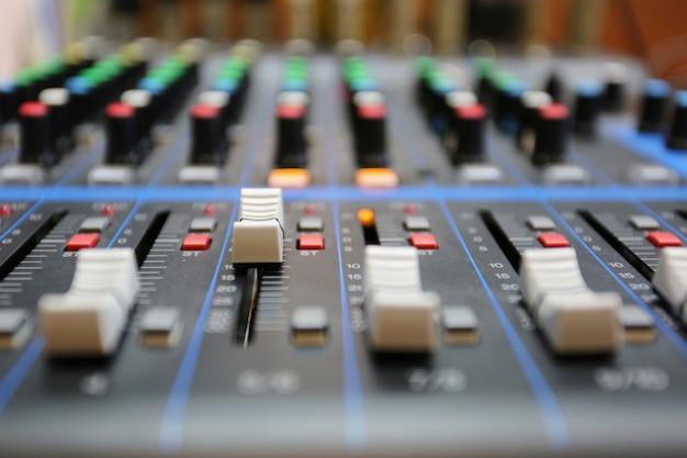 Audio-mixer-bedienfeld mit schaltflächen und schiebereglern. Premium Fotos
