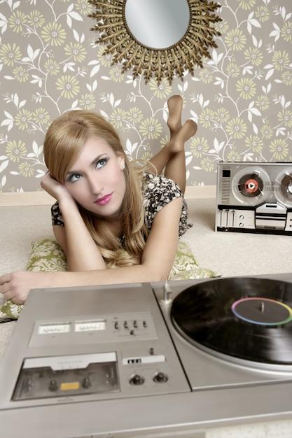 Audiophile retro-frauen-vinyldrehscheibenmusik Premium Fotos