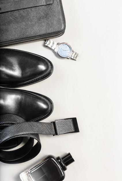Auf dem holzboden lagen schuhe und accessoires für männer Premium Fotos