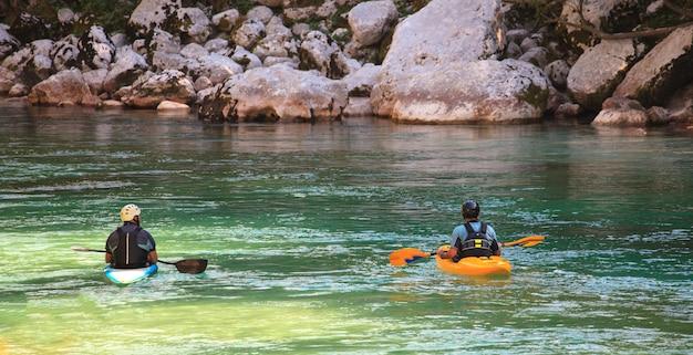 Auf dem soca-fluss kayak fahren, slowenien Premium Fotos