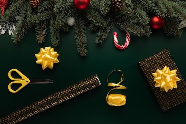 Auf dem tisch liegen papier und andere vorräte zum verpacken von weihnachtsgeschenken Premium Fotos