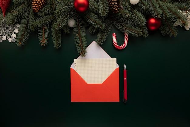 Auf dem tisch liegt ein brief mit weihnachtswünschen für den weihnachtsmann. Premium Fotos