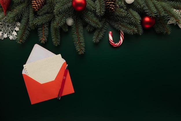 Auf dem tisch liegt ein brief mit weihnachtswünschen Premium Fotos