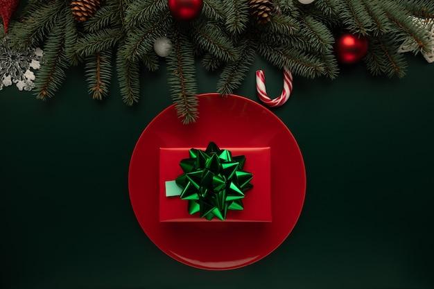 Auf dem tisch liegt ein teller mit einem weihnachtsgeschenk Premium Fotos