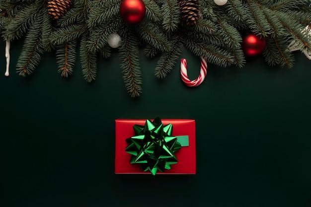 Auf dem tisch liegt eine schachtel mit einem weihnachtsgeschenk. Premium Fotos