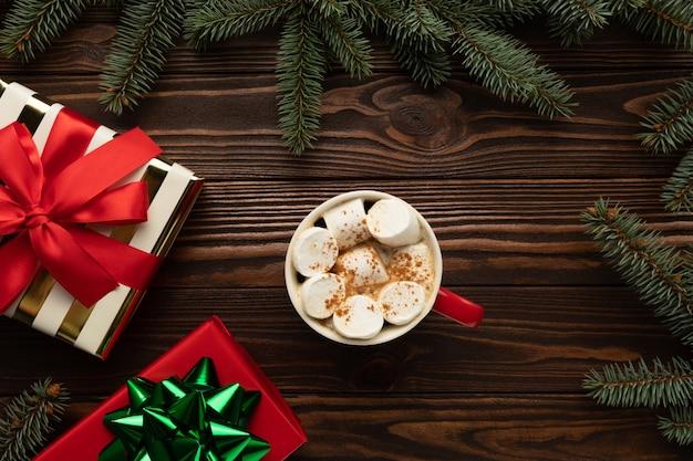 Auf dem tisch steht eine tasse heiße schokolade mit marshmallows Premium Fotos