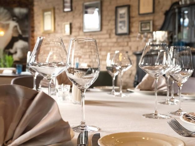 Auf dem tisch werden leere weingläser serviert. Premium Fotos