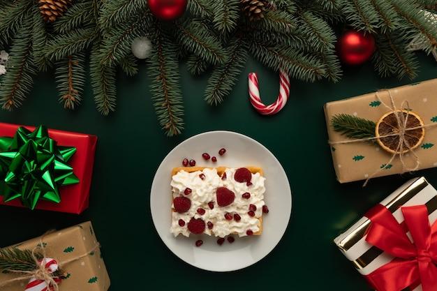 Auf dem weihnachtstisch steht ein teller waffeln mit schlagsahne Premium Fotos