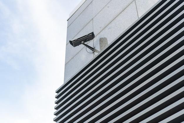 Auf den straßen sind überwachungskameras installiert. Premium Fotos