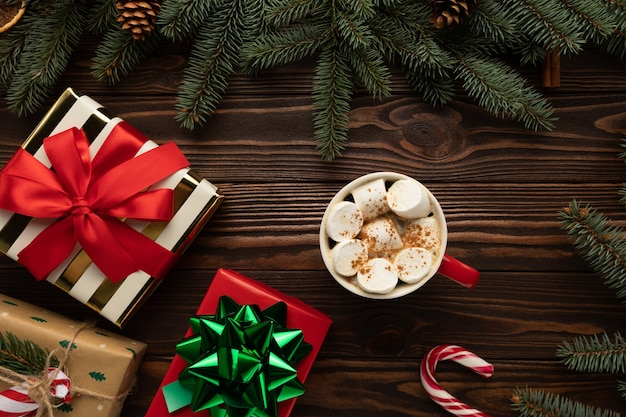 Auf einem holztisch steht eine tasse heiße schokolade mit marshmallows Premium Fotos
