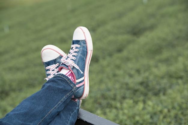 Auf grünem natürlichem mit den beinen oben sich entspannen, abschluss oben. Premium Fotos