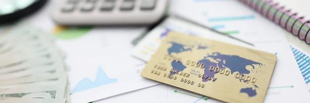 Auf tischrechner, stift, karte, dokumente, notizbuch, lupe und geld. Premium Fotos