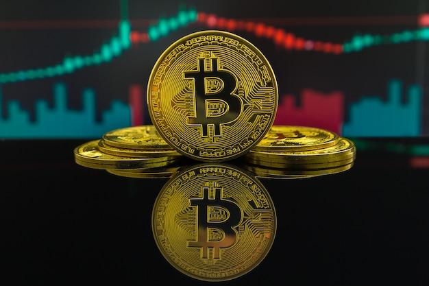 Auf- und abwärtstrend der bitcoin-kryptowährung durch grüne und rote kerzen. münze von btc vor handelsgraph Premium Fotos