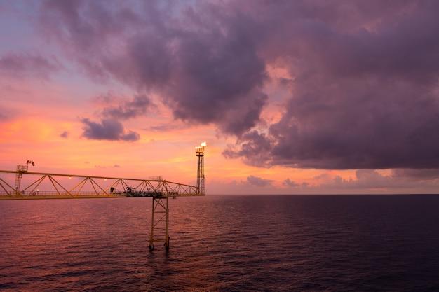 Aufflackernstapel und aufflackernbrücke beim brennen des giftigen gases und der freigabe über druck Premium Fotos