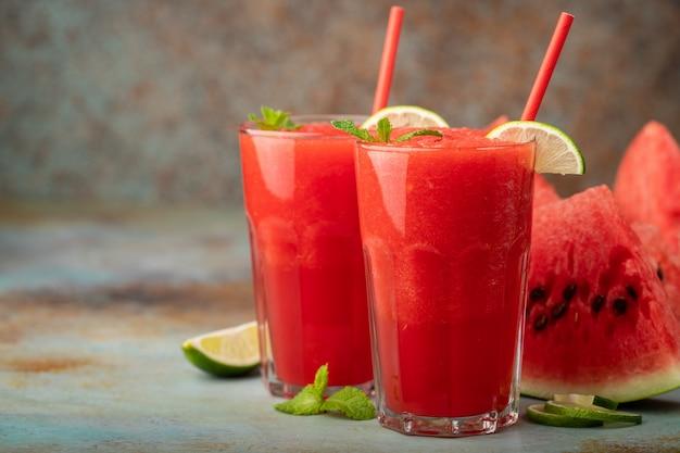 Auffrischungsgetränk des wassermelonenslushie-sommers. Premium Fotos