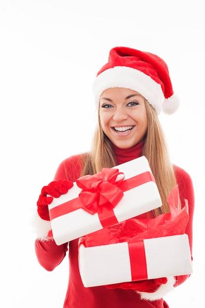 Aufgeregte frau, die weiße geschenkbox öffnet Kostenlose Fotos