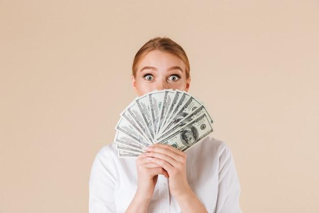 Aufgeregte geschäftsfrau zeigt geld Premium Fotos