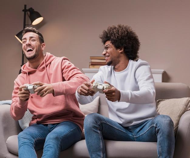 Aufgeregte mae-freunde, die spiele spielen Kostenlose Fotos