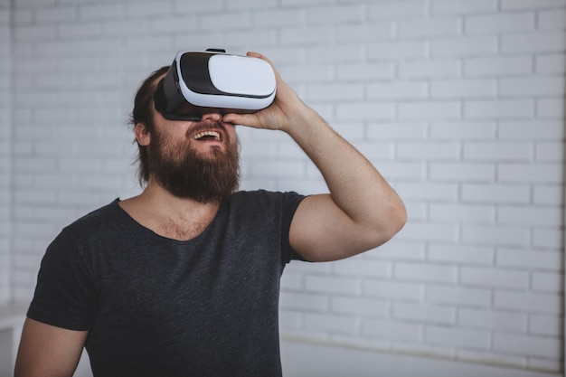 Aufgeregter mann, der vr-gläser verwendet Premium Fotos