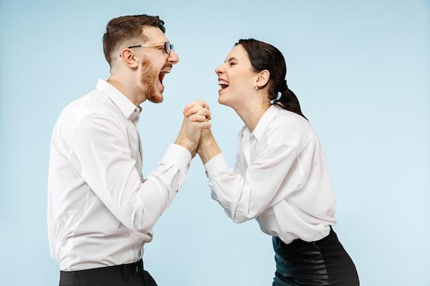 Aufgeregtes glückliches junges paar, das kamera mit freude betrachtet Kostenlose Fotos