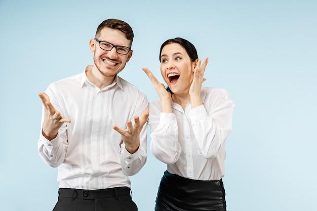 Aufgeregtes glückliches junges paar, das kamera mit freude betrachtet. Kostenlose Fotos