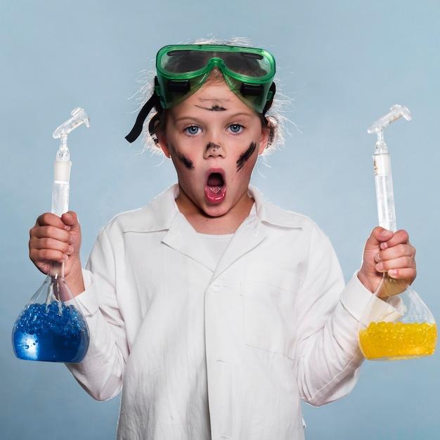 Aufgeregtes mädchen mit wissenschaftsröhren Kostenlose Fotos
