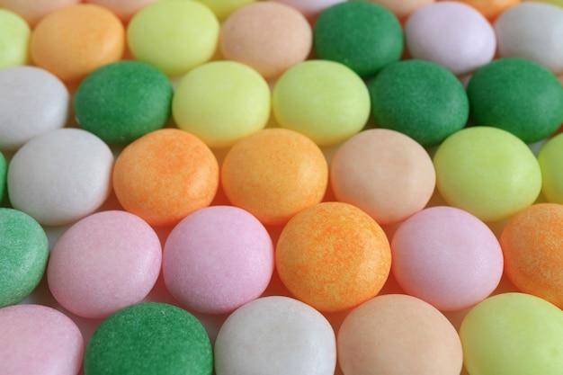 Aufgereiht bunte runde süßigkeiten mit selektivem fokus Premium Fotos