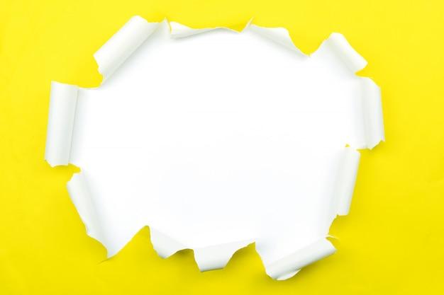 Aufgerissenes papier gelbes zerrissenes papier isoliert auf weiß. Premium Fotos