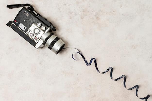 Aufgerollter filmstreifen vom camcorder über dem konkreten hintergrund Kostenlose Fotos