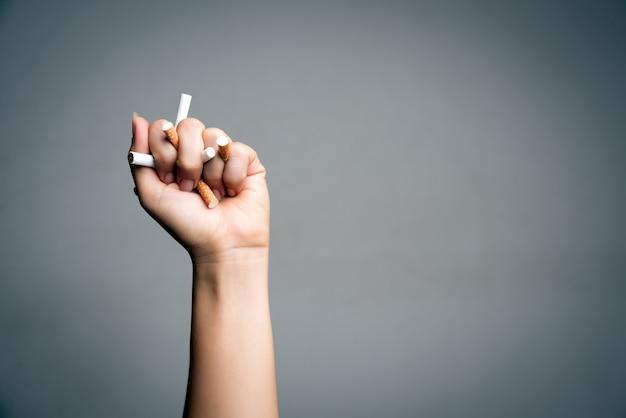 Aufhören zu rauchen. mannhand, die zigaretten zerquetscht und zerstört Premium Fotos
