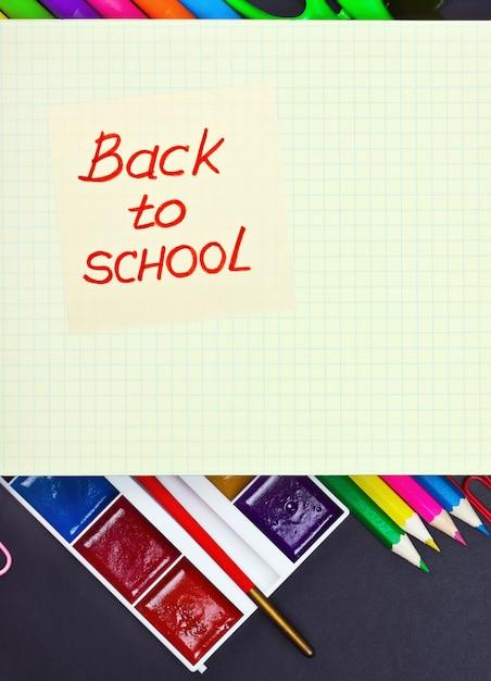 Aufkleber mit den wörtern zurück zu schule und farben Premium Fotos