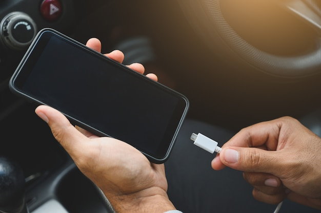 Aufladen von smartphones im auto Premium Fotos