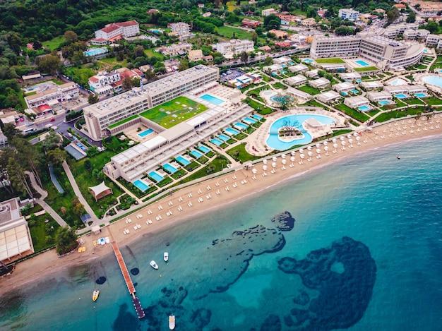 Aufnahme eines schönen strandes mit blauem meer und hotels Kostenlose Fotos