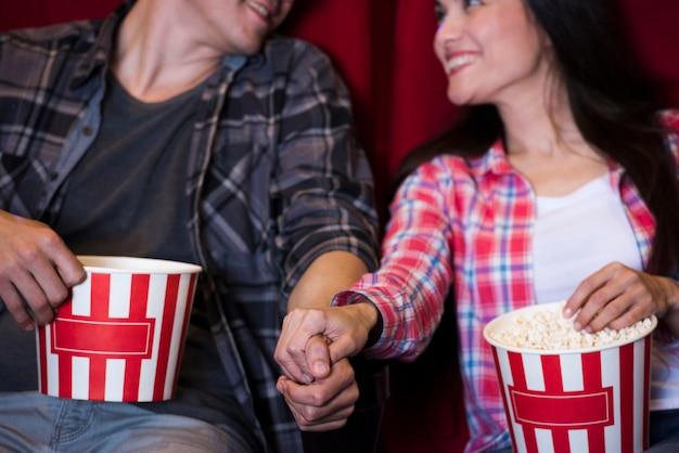 Aufpassender film der jungen paare im kino Kostenlose Fotos