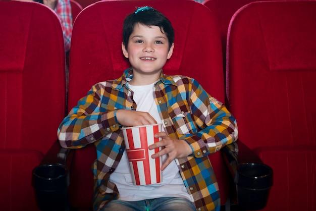 Aufpassender film des jungen im kino Kostenlose Fotos