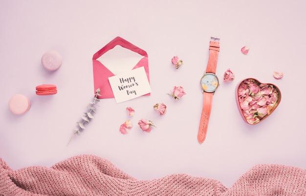 Aufschrift der glücklichen frauen tagesmit umschlag und den rosafarbenen blumenblättern Kostenlose Fotos