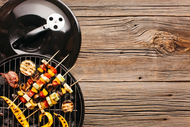 Aufsteckspindel mit frischfleisch und gemüse auf grill Premium Fotos