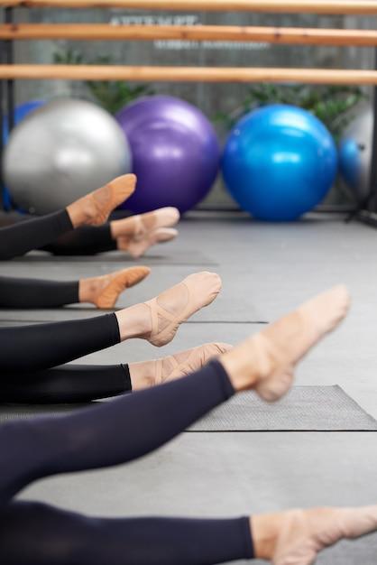 Aufwärmen von balletttänzern Kostenlose Fotos