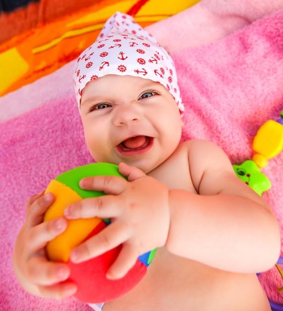 Ausdrucksstarkes baby mit ball Premium Fotos