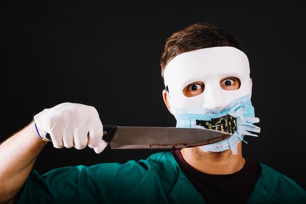 Ausdrucksvoller mann in maniac doktor kostüm Kostenlose Fotos